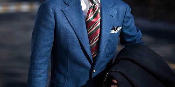 蓝色夹克搭配白衬衫和红蓝条纹领带