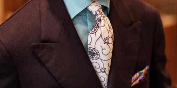 褐色西装搭配白色提花领带上半身图