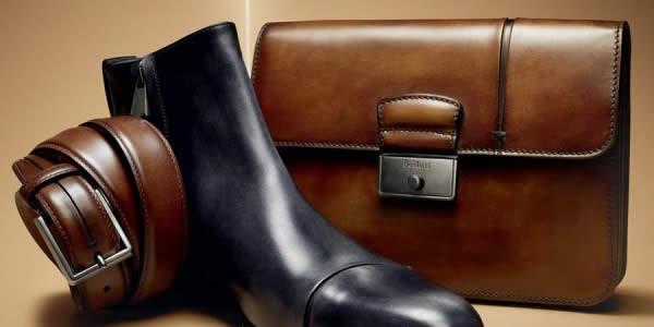 一只切尔西靴子、皮带、公文包