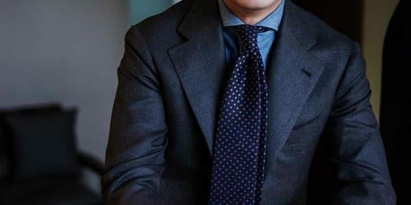 深蓝色西装搭配蓝色衬衫和波点领带