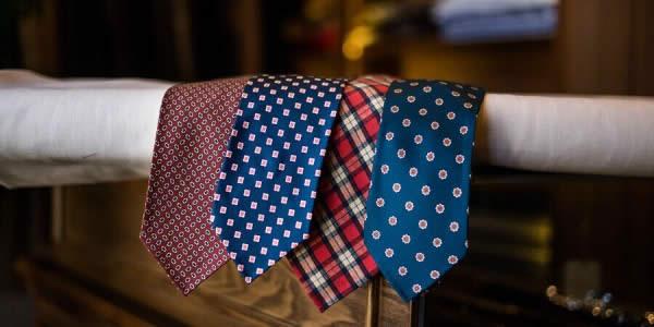 各种花色领带在架子上的意境图
