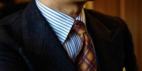 藏青色西装搭配蓝白条纹衬衫和棕色系格纹领带