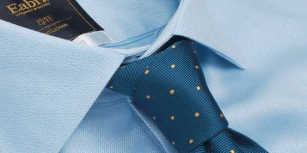 蓝色衬衫领部特写