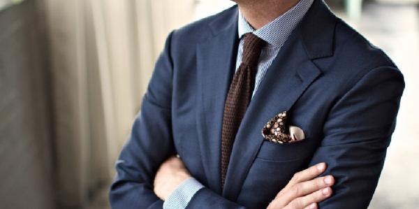 男士穿深蓝色西装