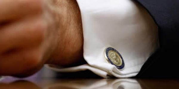 男士佩戴袖扣细节图