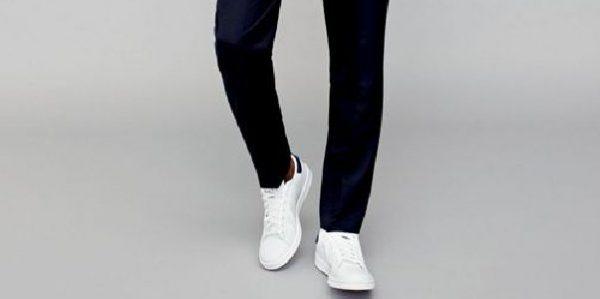 藏青色西裤搭配白色运动鞋