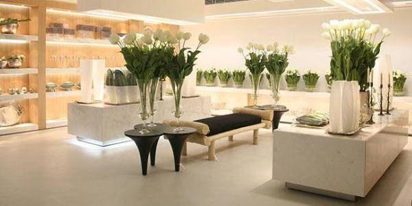 一个房间摆满了白色植物