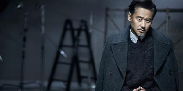 演员吴秀波穿藏青色大衣半身照