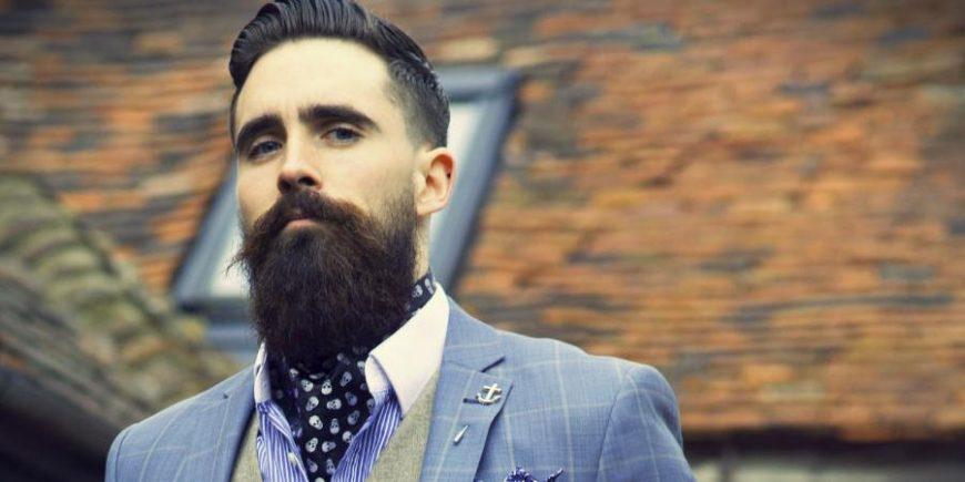 大胡子外国人戴领巾