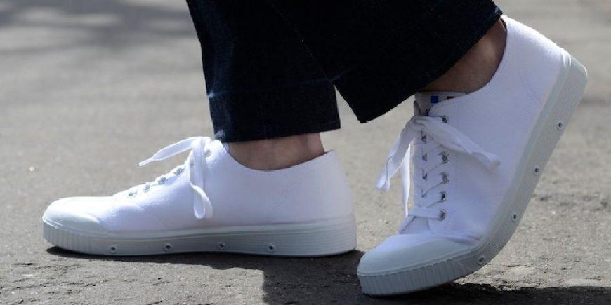 白色帆布鞋特写