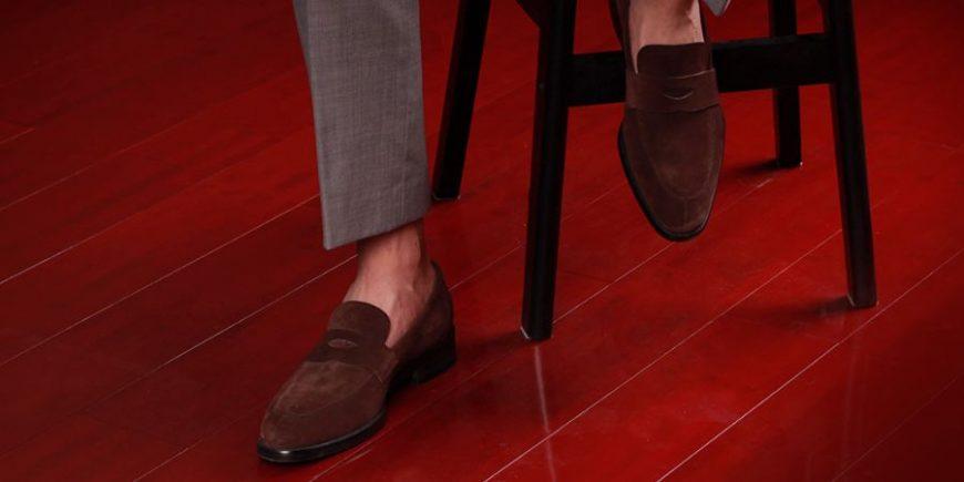 深褐色乐福鞋搭配灰色西裤