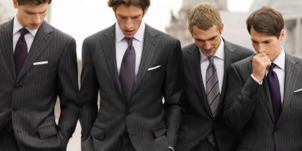 身穿灰色条纹西装的四位外国男模