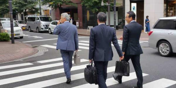 日本街头三个穿西装的上班族街拍