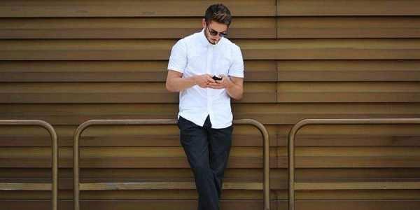 白色短袖搭配黑色休闲裤街拍