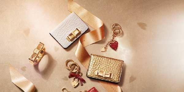 女士奢侈品包广告图金色背景
