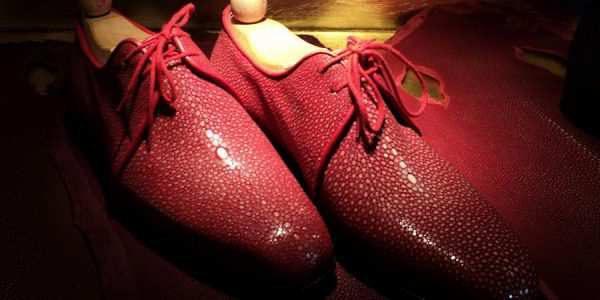 红色珍珠鱼皮皮鞋特写