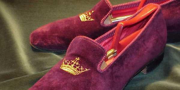 酒红色丝绒皇冠刺绣吸烟鞋