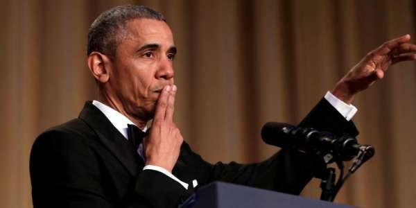 奥巴马穿黑色塔士多演讲