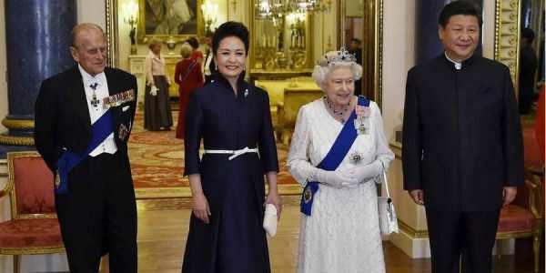 习主席与夫人访问英国与女王及王夫合影
