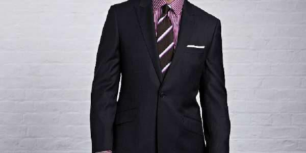 深蓝色西装搭配紫色条纹衬衫